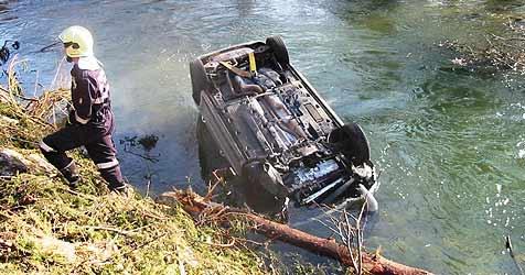 Beherzter Helfer rettet Unfallopfer aus Mühlbach (Bild: Feuerwehr)
