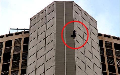 """""""Spiderman"""" erklimmt 151-Meter-Hochhaus"""