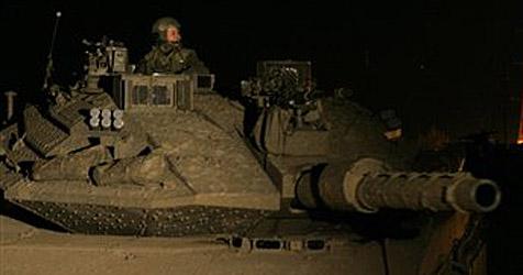 Betrunkener Russe rammt mit Panzer ein Haus