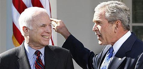 Präsident Bush kredenzt McCain einen Hot Dog