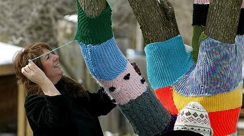 Amerikaner stricken Kleidung für Bäume