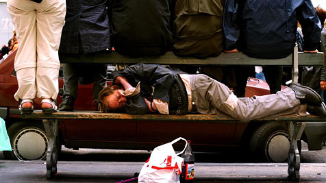 Immer mehr junge Menschen werden obdachlos (Bild: dpa/dpaweb/EPA/A2800 epa Hoslet Olivier)