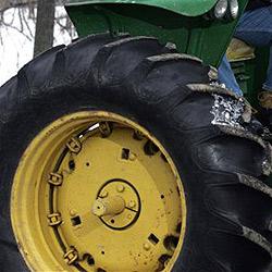 Mühlviertler stürzt mit Traktor 20 Meter weit ab