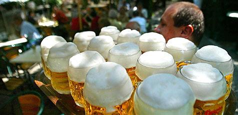 """Salzburger sparen nicht beim Bier, die Brauereien freut""""s (Bild: APA/ Harald Schneider)"""