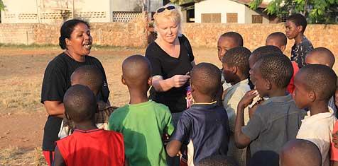 Hilfseinsatz für Kinder und  Tiere (Bild: Krone)