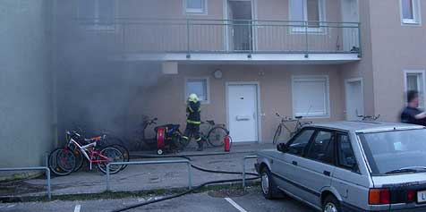 In zwei Wohnblöcken wurde Feuer gelegt (Bild: FF Enns)