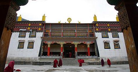 Tibet-Aktivisten im Hungerstreik vor Linzer Kirche