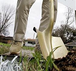 Japaner messen sich im Graben von Löchern