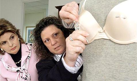Frau musste auf US-Flughafen Piercings entfernen