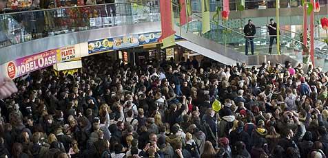 Massenbestellung über 10.354 Burger (Bild: DPA/ Peer Grimm)