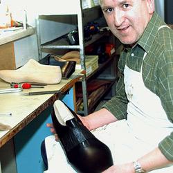 """Schuster baut Schuhe des """"Riesen von Lengau"""" (Bild: APA/LOLA)"""