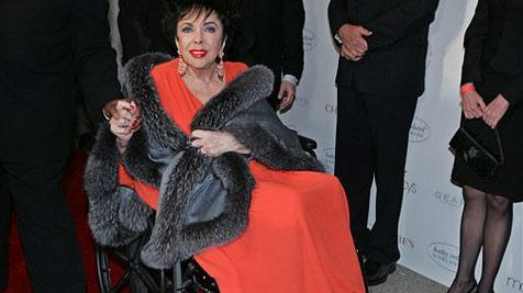 Elizabeth Taylor im Rollstuhl in Schwulen-Bar