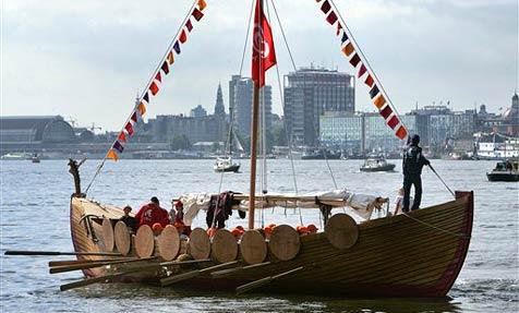 Wikinger-Schiff aus Eisstielen geht auf große Fahrt