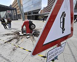 Verkehrsschild warnt vor herabstürzenden Autos (Bild: AFP)
