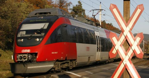 Auto vom Zug erfasst, Lenker unverletzt (Bild: Kreuzer)
