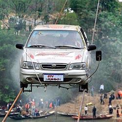 Chinese steuert Auto auf 2 Stahlseilen über Fluss
