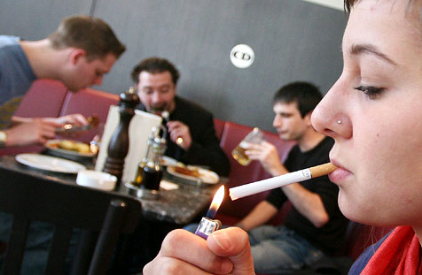 Viele Lokale leiden unter dem Rauchverbot (Bild: APA/HELMUT FOHRINGER)