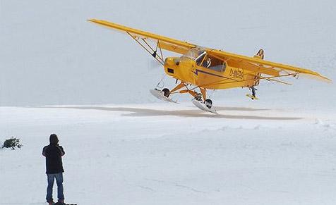 Flugzeug landet auf der Zugspitze
