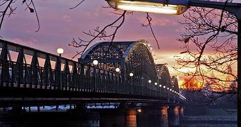 Eisenbahnbrücke für Autos bald gesperrt? (Bild: Chris Koller)