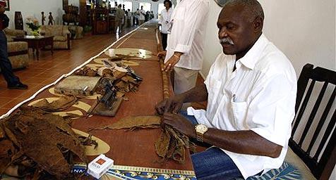 Kubaner rollt die längste Zigarre der Welt