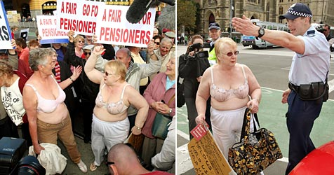 Australien: Pensionisten demonstrieren oben ohne (Bild: AFP)