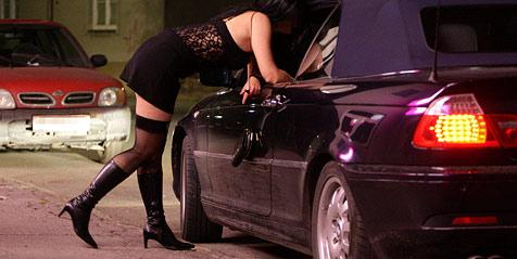 Zwei Prostituierte vom Straßenstrich weg verhaftet (Bild: APA/Helmut Fohringer !gestellte Aufnahme!)