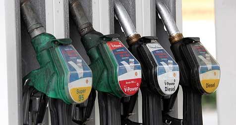 Tanken ist vor Ostern noch teurer als im Vorjahr (Bild: Peter Tomschi)