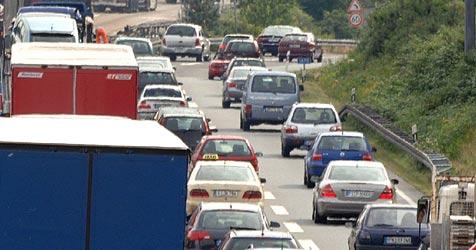 Acht Prozent der Pendler steigen auf eigene Autos um (Bild: DPA/Boris Rössler)
