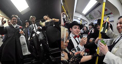 Londoner protestieren betrunken in der U-Bahn (Bild: EPA)