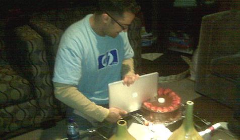 HP-Manager schneidet Torte mit MacBook Air an (Bild: Rahul Sood)