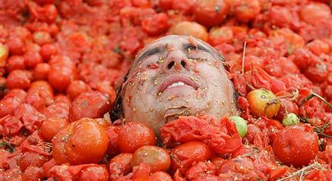 """La Tomatina"" in Kolumbien lockt 500 Teilnehmer"