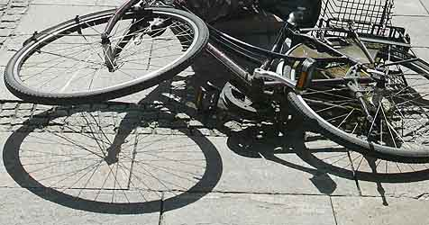 Junger Radfahrer nimmt Auto den Vorrang (Bild: Jürgen Radspieler)