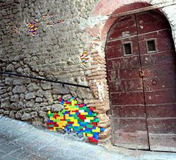 Bunte Lego-Steine in alten Mauern (Bild: Jan Vormann)