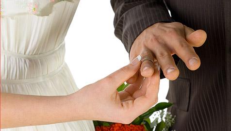 Zwei Männer heiraten ¿ niemand hat es bemerkt (Bild: © [2008] JupiterImages Corporation)