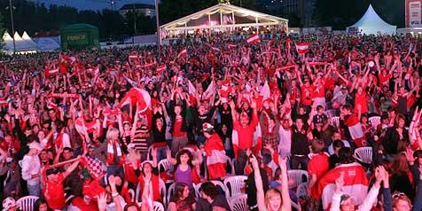 Polizei lobt die friedlichen EURO-Fans! (Bild: Chris Koller)