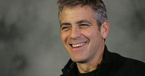 Clooney nimmt Kontakt mit totem Schwein auf