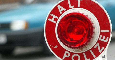 """Polizei zieht auf A22 """"rollende Bombe"""" aus dem Verkehr (Bild: dpa/Jens Wolf)"""