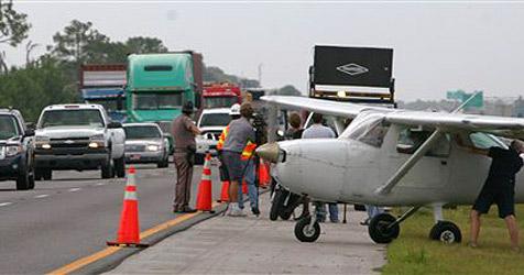 Kleinflugzeug landet auf US-Highway