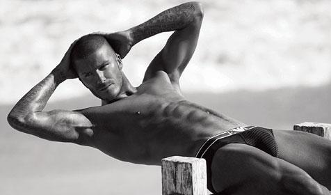 So sexy räkelt sich Beckham wohl nur für Armani (Bild: Emporio Armani)