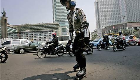 Polizei in Jakarta trotzt Staus mit Rollerblades