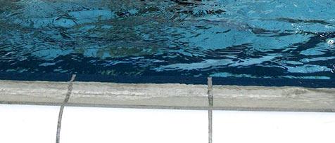 Monteur kollabiert bei Arbeiten bei Swimmingpool