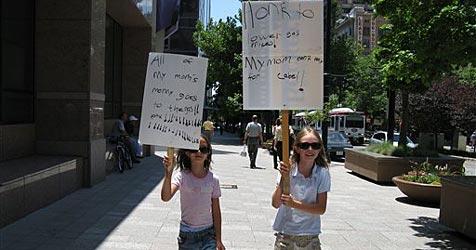 Mädchen protestieren gegen hohe Benzinpreise