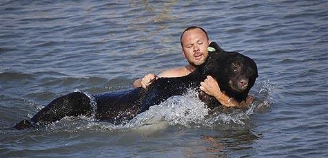 29-Jähriger rettet Bären vor dem Ertrinken