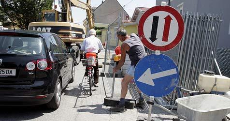Pensionist mit Auto in Baugrube gelandet (Bild: Uta Rojsek-Wiedergut)