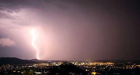 Sturm warf Baum auf Wohnhaus (Bild: Chris Koller)