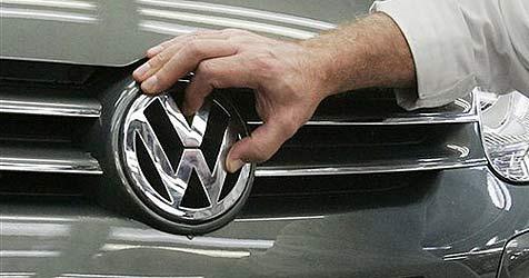 Neun Personen klettern bei Kontrolle aus VW Golf