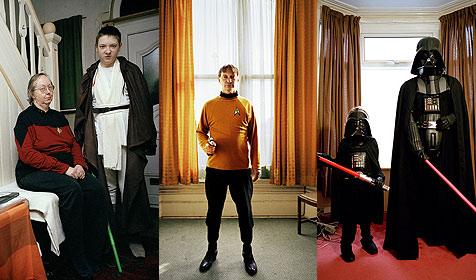 Science-Fiction-Fans posieren im Wohnzimmer (Bild: © Steve Schofield)