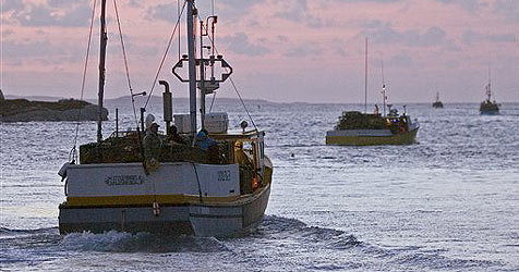 Fußballfans fahren mit Fischerboot zu den Färöern