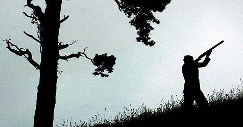 Jäger ab sofort mit leuchtenden Bändern am Hut (Bild: DAVID CHESKIN / dpa)