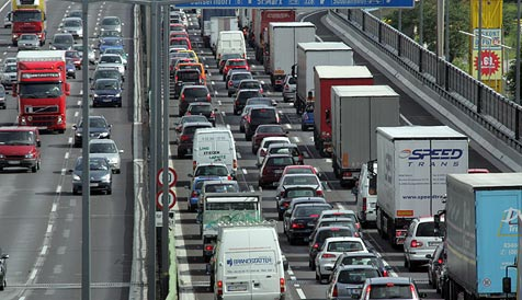 15-Kilometer-Stau legte Verkehr auf der Tangente lahm (Bild: Andi Schiel)